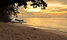 Salida del sol en Kho Kradan Tailandia Foto de archivo
