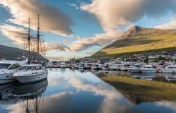 Salida del sol en Klaksvik en Faroe Island fotografía de archivo