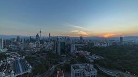 Salida del sol en Kuala Lumpur City almacen de video