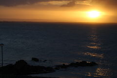 Salida del sol en la bahía de Galway, costa oeste de Irlanda Fotos de archivo