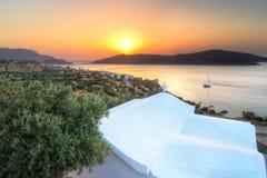 Salida del sol en la bahía de Mirabello en Creta Foto de archivo libre de regalías