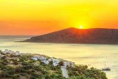 Salida del sol en la bahía de Mirabello en Creta Imagenes de archivo