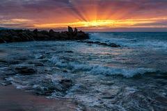 Salida del sol en la bahía de Opollo, gran camino del océano, Victoria, Australia imagenes de archivo