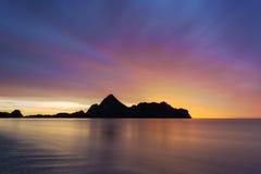 Salida del sol en la bahía del Ao Manao Fotografía de archivo libre de regalías