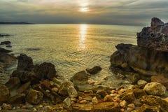 Salida del sol en la bahía en la costa fotografía de archivo libre de regalías