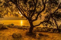 Salida del sol en la bahía en la costa imagenes de archivo