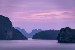 Salida del sol en la bahía larga de la ha, Vietnam fotografía de archivo