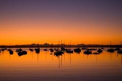 Salida del sol en la bahía portuaria Washington de Townsend Imagen de archivo libre de regalías