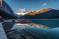 Salida del sol en la cabaña de la canoa de Lake Louise Foto de archivo libre de regalías