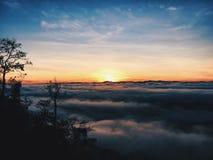 Salida del sol en la cascada de Jelawang Imagen de archivo libre de regalías