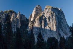 Salida del sol en la catedral en Yosemite, CA Imagen de archivo