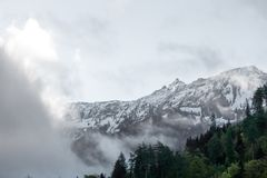 Salida del sol en la cima de las montañas en Interlaken Suiza foto de archivo