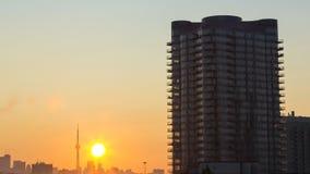 Salida del sol en la ciudad almacen de video