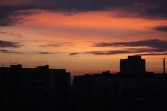 Salida del sol en la ciudad. Imágenes de archivo libres de regalías