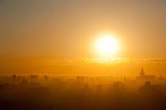 Salida del sol en la ciudad Fotos de archivo libres de regalías