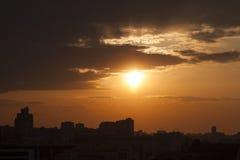 Salida del sol en la ciudad Foto de archivo