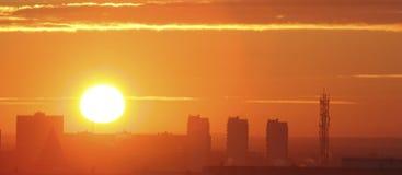 Salida del sol en la ciudad Imagen de archivo libre de regalías