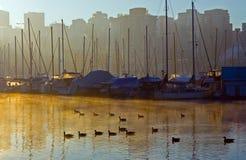 Salida del sol en la ciudad. Foto de archivo libre de regalías