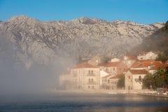 Salida del sol en la ciudad de Perast, Montenegro Fotografía de archivo libre de regalías
