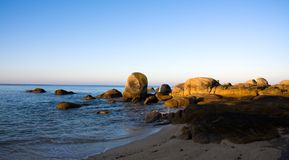 Salida del sol en la costa Imágenes de archivo libres de regalías