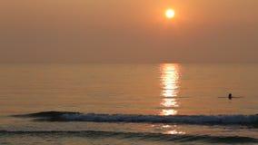 Salida del sol en la costa almacen de video