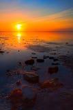 Salida del sol en la costa costa del mar fotos de archivo