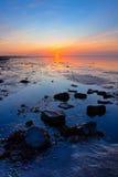 Salida del sol en la costa costa del mar fotografía de archivo