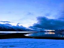 Salida del sol en la costa de Alaska imagenes de archivo