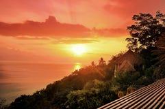 Salida del sol en la costa de mar por la mañana y la casa en ra de la montaña Imagen de archivo libre de regalías