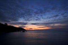 Salida del sol en la costa del Mar Negro, montañas de Crimea Imágenes de archivo libres de regalías