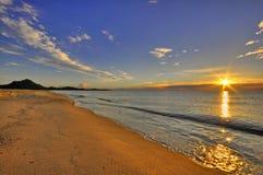 Salida del sol en la costa Rei en Cerdeña foto de archivo