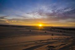 Salida del sol en la duna de arena blanca, Mui Ne, Vietnam. Imagen de archivo libre de regalías