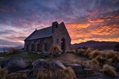 Salida del sol en la iglesia del buen pastor construido desde 1935, lago Te imagenes de archivo
