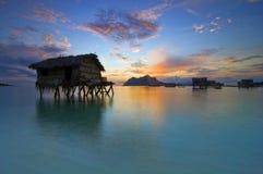 Salida del sol en la isla de Maiga fotos de archivo