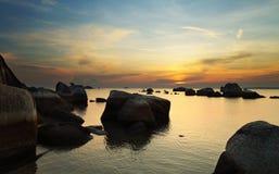 Salida del sol en la isla rocosa Foto de archivo libre de regalías
