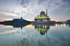 Salida del sol en la mezquita de Putra en Putrajaya Malasia Foto de archivo