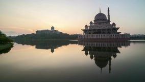 Salida del sol en la mezquita de Putrajaya con la reflexión