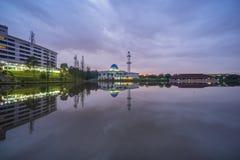 Salida del sol en la mezquita de UNITEN, Malasia imagen de archivo libre de regalías