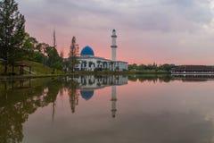 Salida del sol en la mezquita Putrajaya de UNITEN Fotografía de archivo libre de regalías