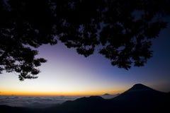 Salida del sol en la montaña sobre el cielo Fotografía de archivo