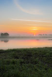 Salida del sol en la niebla Fotos de archivo