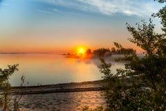 Salida del sol en la niebla Imagen de archivo