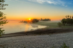 Salida del sol en la niebla Foto de archivo