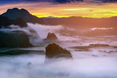 Salida del sol en la niebla de la mañana en Phu Lang Ka, Phayao en Tailandia fotografía de archivo