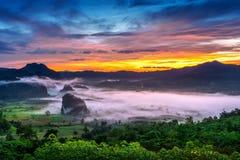 Salida del sol en la niebla de la mañana en Phu Lang Ka, Phayao en Tailandia fotografía de archivo libre de regalías