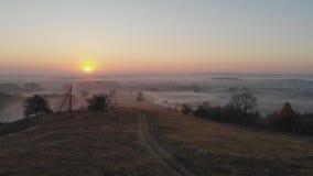 Salida del sol en la niebla metrajes