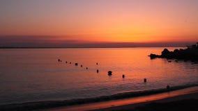 Salida del sol en la orilla de mar almacen de video
