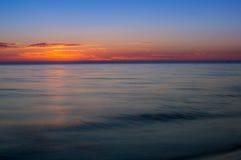 Salida del sol en la orilla de mar Cielo colorido Fotos de archivo