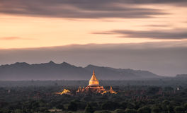 Salida del sol en la pagoda de Dhammayazika Imagen de archivo