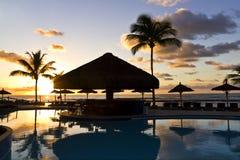 Salida del sol en la piscina en Bahía - el Brasil. foto de archivo